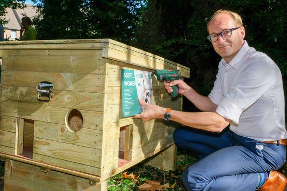 Vlaams dierenminister Ben Weyts levert het allereerste zwerfkattenschuilhok aan de gemeente Grimbergen.
