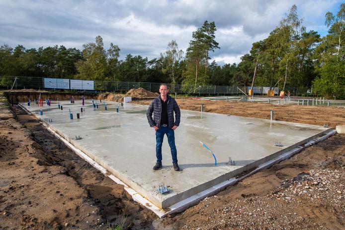 De betonvloer voor het nieuwe informatiecentrum op 't Leesten is klaar. Kioskhouder Ivo Kamphorst verhuist komend voorjaar naar de nieuwbouw.