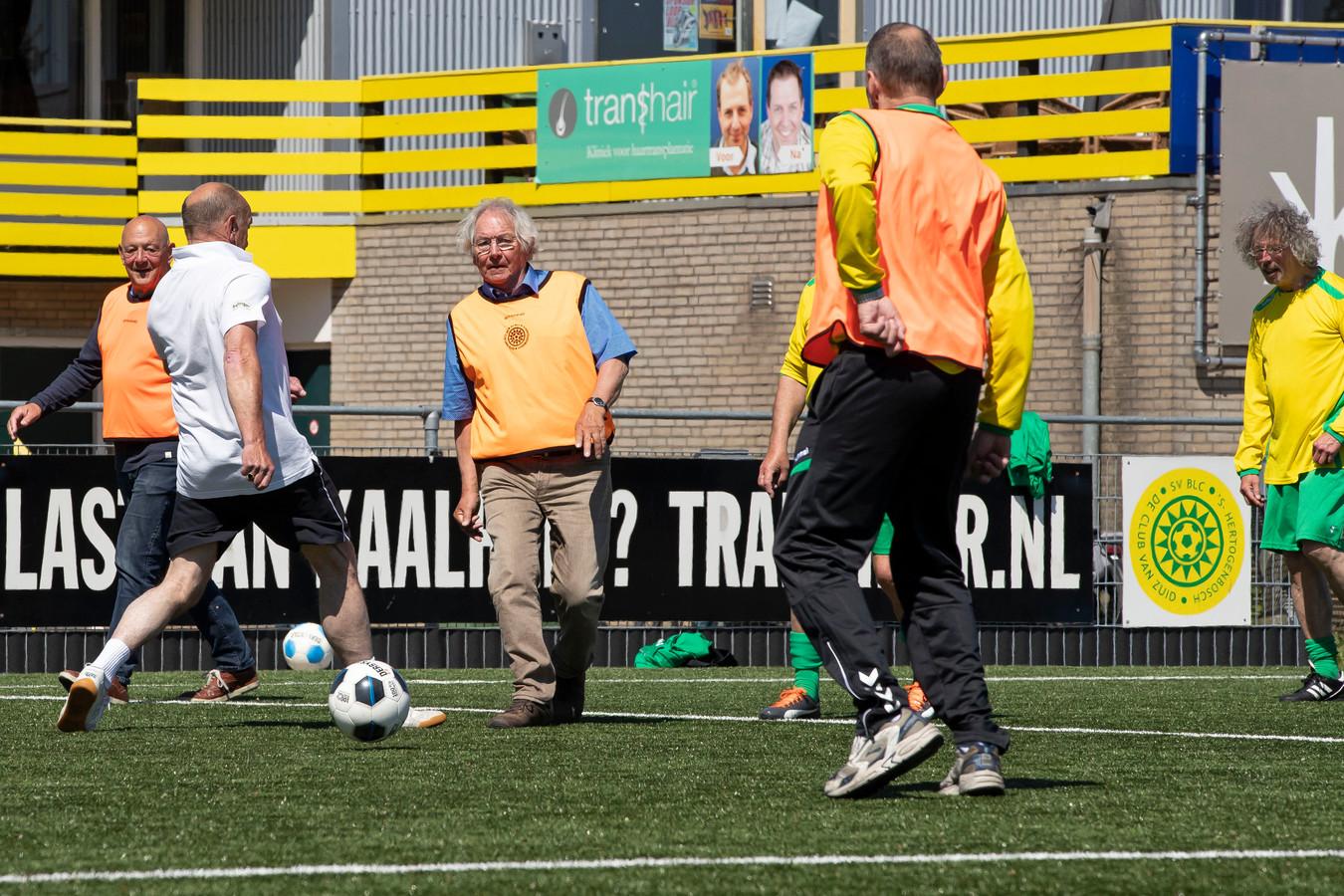 Senioren spelen Walking Football bij voetbalclub BLC in 's-Hertogenbosch.