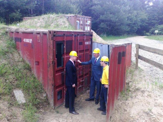 De Wipselberg heeft zijn eigen 'Fort Boyard'. Initiatiefnemer Erik Kroon (rechts) staat klaar om Jörgen Rijnaard en Erik van Dijk naar binnen te vergezellen. foto Gep Leeflang
