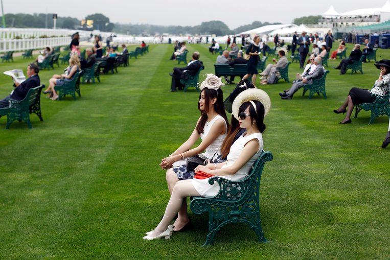 Bezoekers bij de Royal Ascot in Engeland.  Beeld EPA