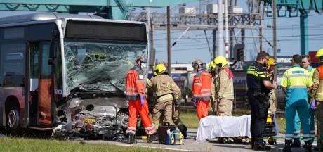 Automobilist gewond en bekneld na aanrijding met bus bij Pernis