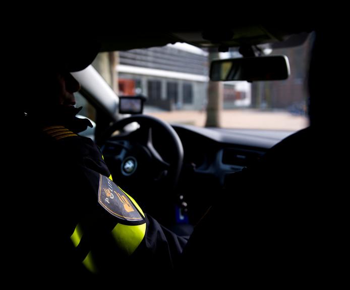 Politieagenten in een politieauto.