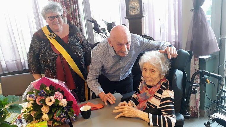 Emiel en Henriette kregen een geschenk van de stad.