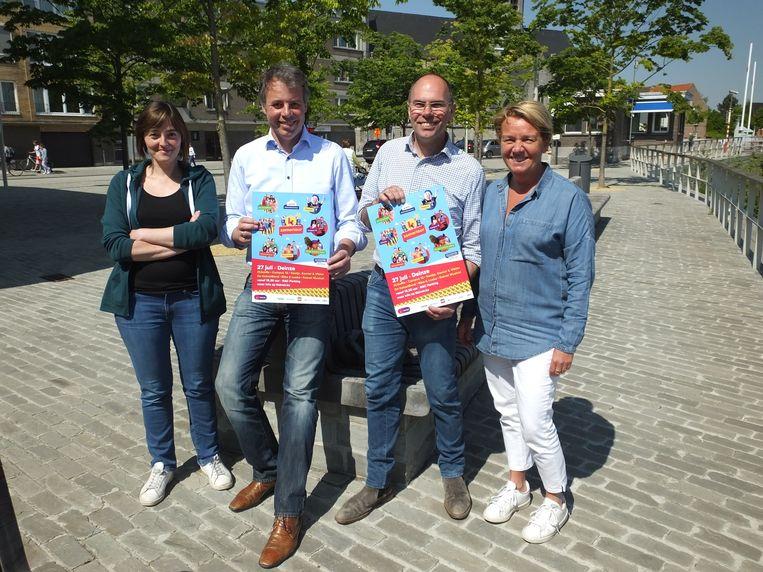 Burgemeester Jan Vermeulen (CD&V) en schepen van Feestelijkheden Bruno Dhaenens (Open Deinze) met Hilde Beyaert en Katrien Ghekiere van de dienst cultuur en evenementen.