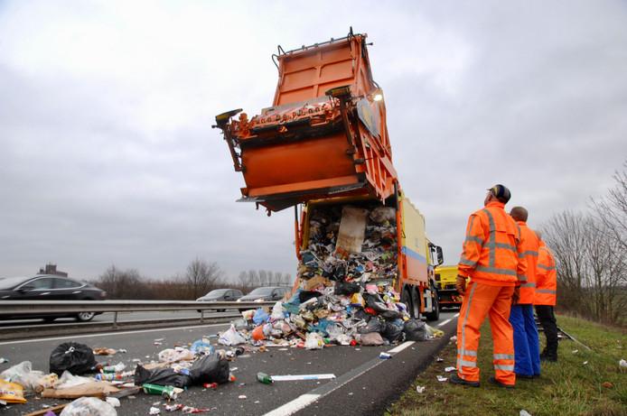 De gestrande vrachtwagen op de Pleijroute (N325) bij Arnhem.