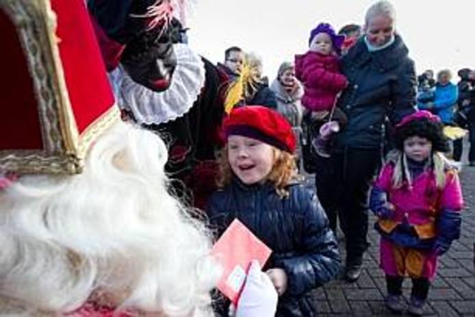 De intocht in IJsselmuiden anno 2011. Toen kwam de goedheiligman met zijn kleurrijke gevolg van Zwarte Pieten per koets aan op het station, een week nadat hij zijn Pakjesboot afmeerde aan de andere kant van de IJssel.