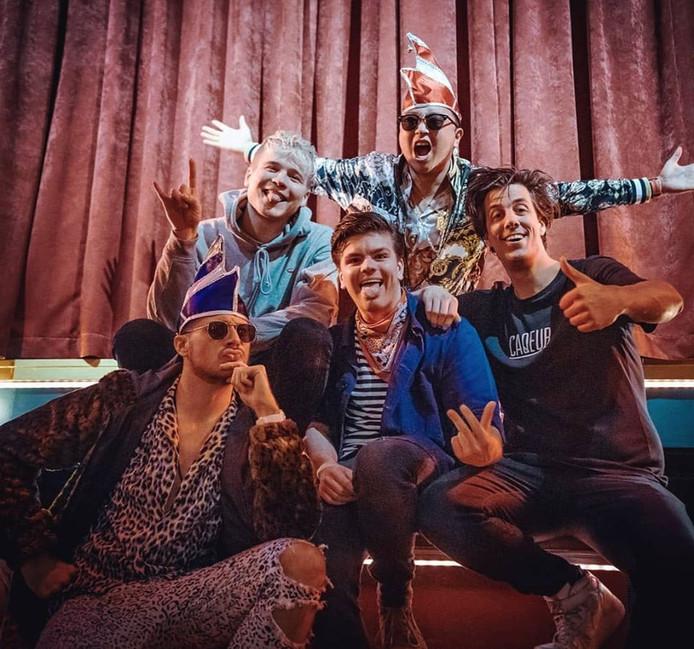 Bram Agterbos (met blauwe kiel) speelt samen met Jeppe Hellegers een bescheiden rol in de nieuwe carnavalskraker van Kalvijn en de Snollebollekes.