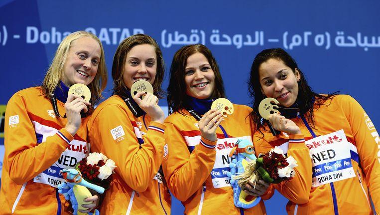 De Nederlandse meisjes glimmen van trots met hun gouden plak en wereldrecord.