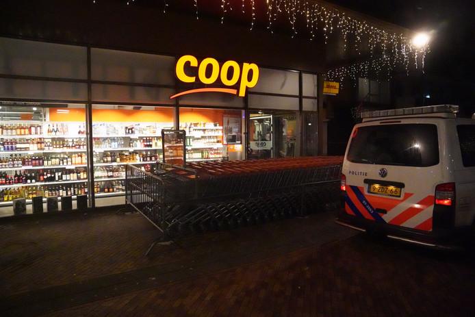 De Coop in Ridderkerk is zaterdagavond overvallen. Een medewerker werd hierbij neergestoken.
