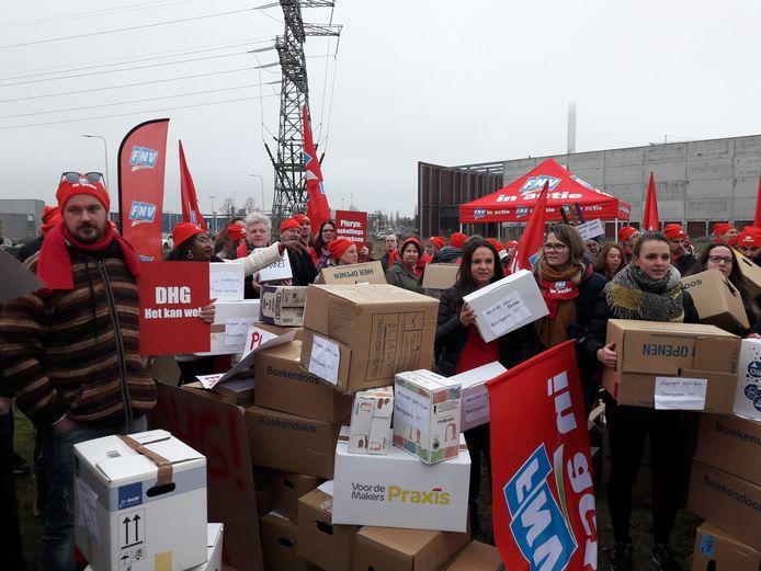 Medewerkers van de Hoenderloo Groep met de tweehonderd pakketdozen.