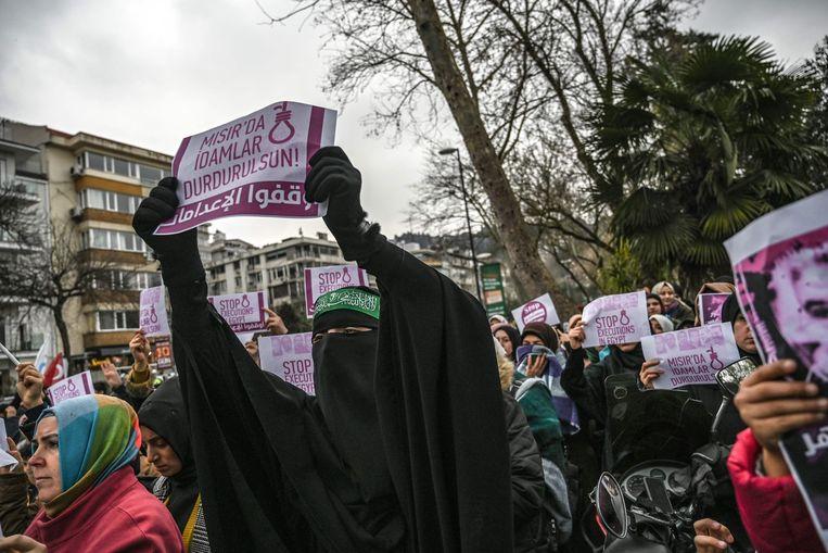 Demonstranten tegen de doodstraf in Egypte bij het Egyptisch consulaat in Istanbul.  Beeld AFP