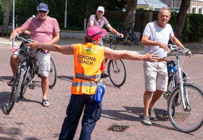 Corona coach Cupi Middendorp stuurt fietsers weg bij de ingang van de Ooststraat in Domburg.