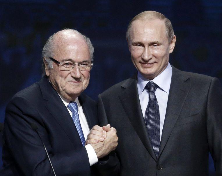Sepp Blatter (L) en Vladimir Poetin Beeld anp