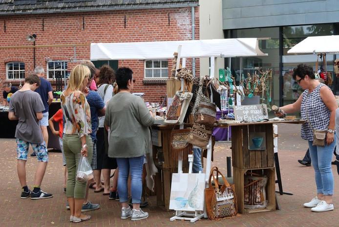 Buiten het cultuurcentrum is het weer tijd voor de maandelijkse Heerlijcke Markt