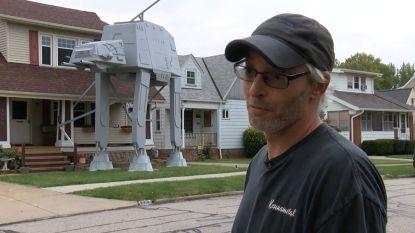 Gek of geniaal? Koppel bouwt zes meter hoge Star Wars-walker in tuin voor Halloween