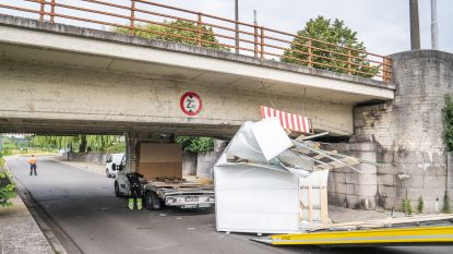 Bestelwagen vernield nadat chauffeur hoogte van brug verkeerd inschat
