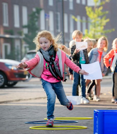 Tafeltjes maken en letters leren op de stoep tijdens de buitenlesdag in Breda
