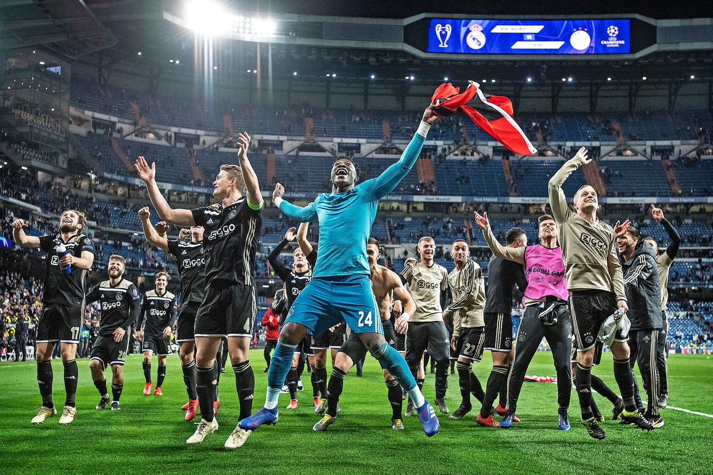 Ajax viert de historische overwinning op Real met de fans. Andre Onana zwaait met de Amsterdamse vlag. Beeld Guus Dubbelman / de Volkskrant