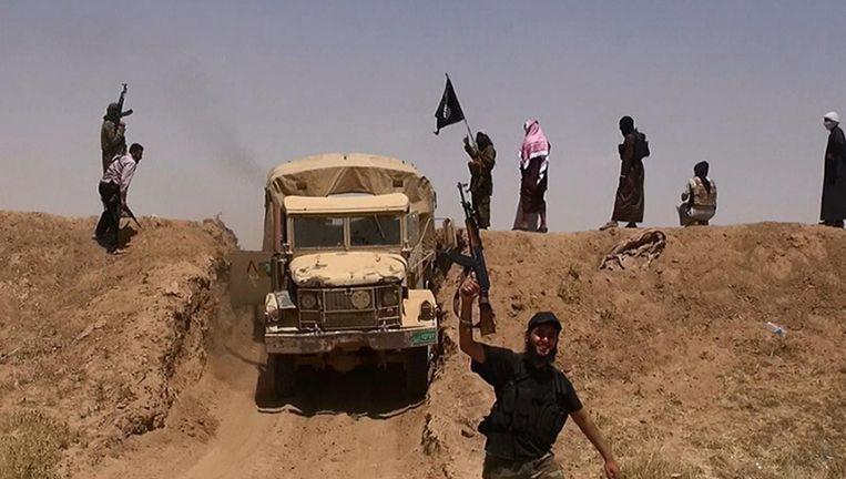 Militanten van Isis bij de grens tussen Syrië en Irak. Beeld afp