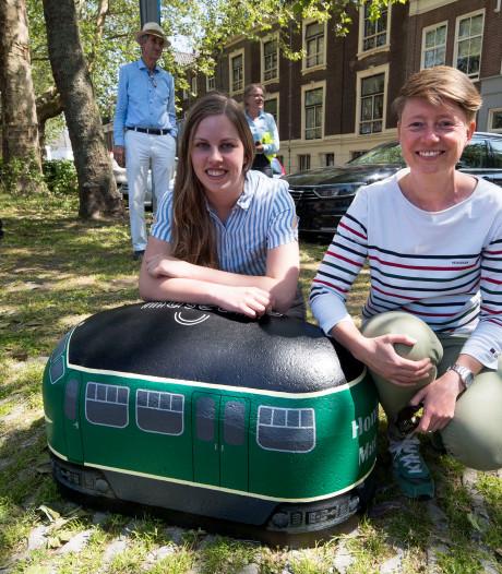 Betonnen treintjes houden auto's uit de berm achter het Spoorwegmuseum
