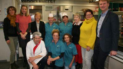 Personeel dienstencentrum zorgt voor afsluiting seniorenweek