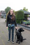Anri Boelhouwer durft dankzij haar hulphond Diesel weer naar buiten.