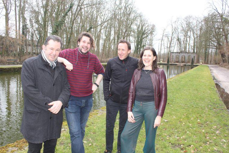 Filip Van de Winkel, Yves De Pauw, Steven De Leeneer en Caroline D'Haese bij de Spiegelvijver in het stadspark.