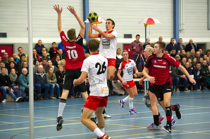 TOP-korfballer Jurriaan Bouwens probeert op sierlijke wijze te scoren.