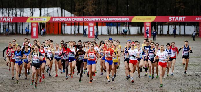 Start van de vrouwenwedstrijd bij het EK cross op Beekse Bergen, met in het midden Susan Krumins.