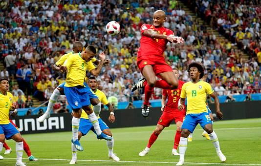 De Belgische captain Vincent Kompany komt hoger dan de Brazilianen.