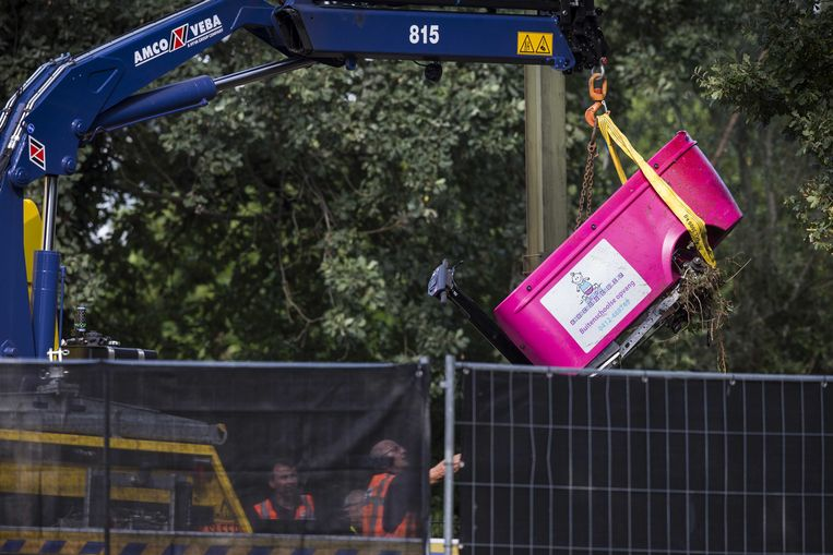 De door een trein aangereden stint-bolderkar wordt van de sporen in Oss weggehaald. Bij het ongeluk op 20 september kwamen vier kinderen om het leven. De begeleidster en nog een ander kind raakten zwaargewond.