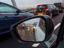 Gaten in de weg zorgen voor lange file op A50 bij Arnhem