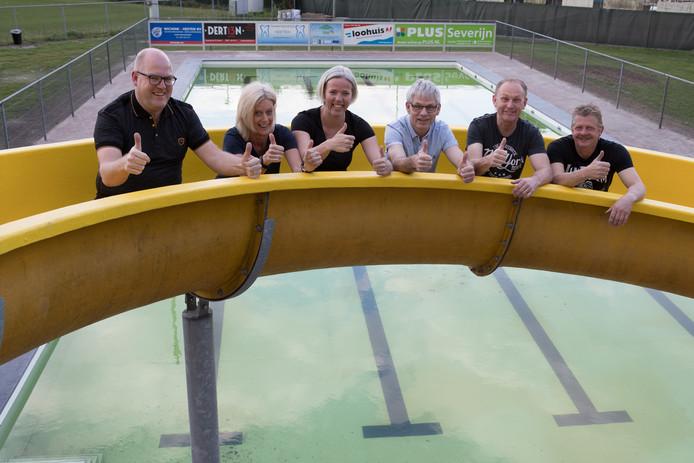 Het bestuur van zwembad De Oase is best trots op het resultaat. Van links naar rechts Huub Klein Koerkamp, Irma Gerritsen, Marloes Alferink, Martin Overmars, Iwan Sibelt en Rene Bril.