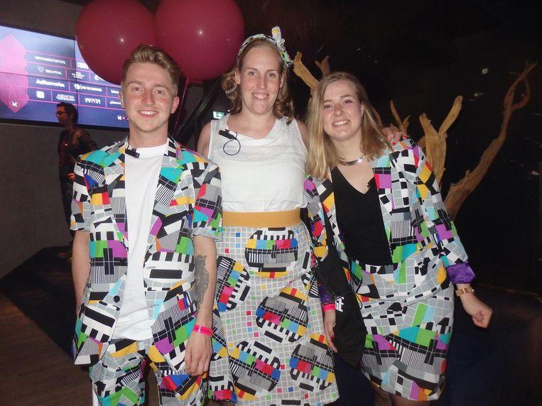 Nog zo'n jaloersmakende outfit: Diko Kemmer, Suzanne Visser en Juliette (Met puntjes? 'Zeker niet!') Heikens, ook van de Spin Awards. Beeld Schuim