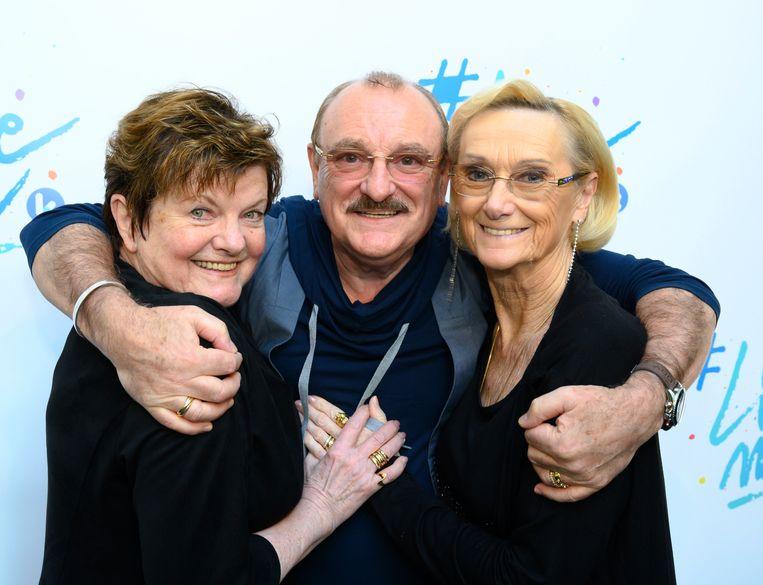 Hugo Sigal voelt zich als een vis in het water tussen Janine Bischops en zijn vrouw Nicole. Die laatste kwam trouwens altijd mee naar de set.