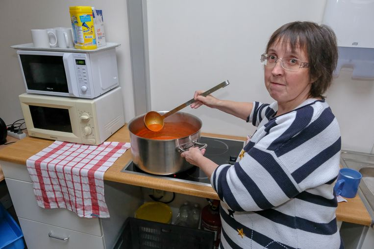 Dagopvang daklozen Le Chauffoir: Vrijwilligster in de keuken.