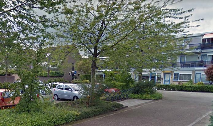 De parkeerplaats en de fietsenrekken bij appartementencomplex Kromme Akkers.