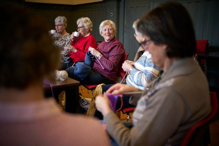 Voor de derde achtereenvolgende maand breien de vrouwen van Wool For Warmth sjaals, mutsen en sokken voor daklozen. Beeld Phil Nijhuis