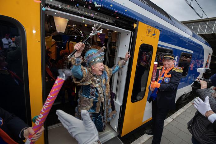 Prins Ludovieckus arriveert per trein in Eindhoven.