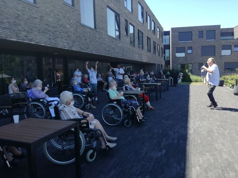 De bewoners van het Kartuizerhof genieten van een optreden van Bent Hofman.