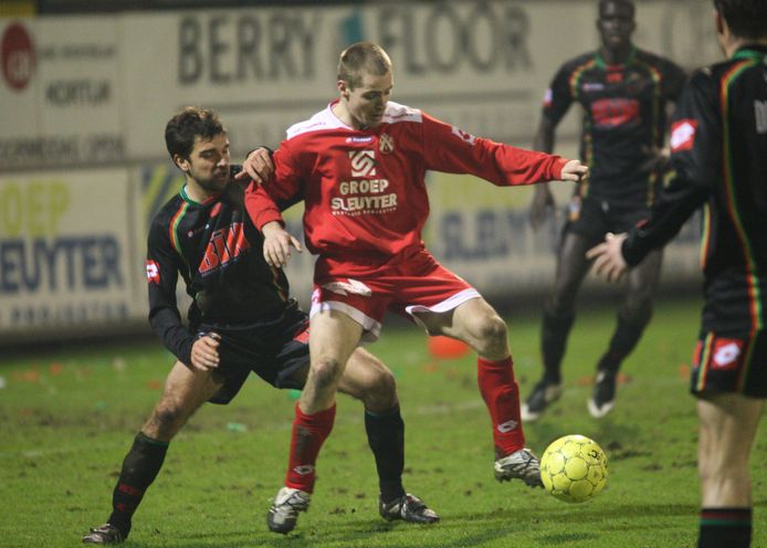 Als speler van KV Kortrijk schermt Istvan Bakx de bal af in een duel met Stijn Minne van Zulte Waregem.