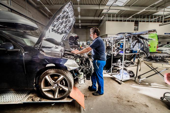 Auto's repareren wordt peperduur met alle technische snufjes die we tegenwoordig hebben. Bij autoherstelbedrijf Pouw in Apeldoorn lossen ze dat op met twee technische monteurs die speciaal zijn opgeleid.