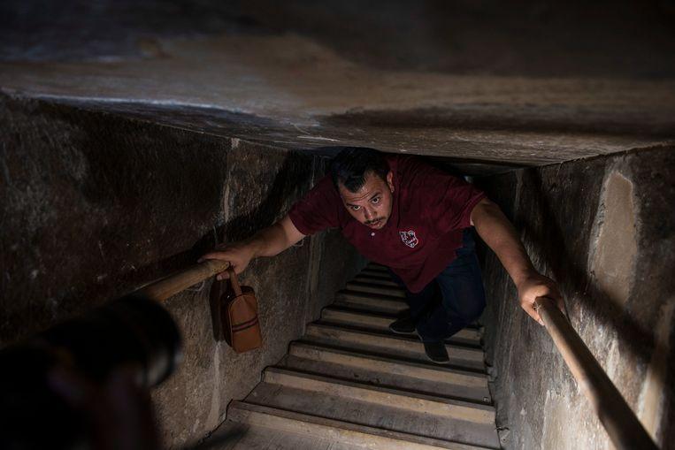 Niet voor mensen die lijden aan claustrofobie, de 79 meter lang smalle gang naar de grafkamers in de piramide.