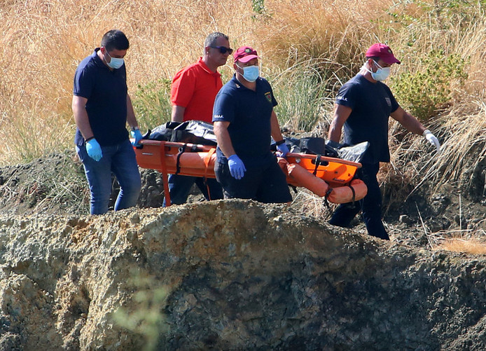 Een van de gevonden slachtoffers werd door hulpdiensten naar het mortuarium gebracht.