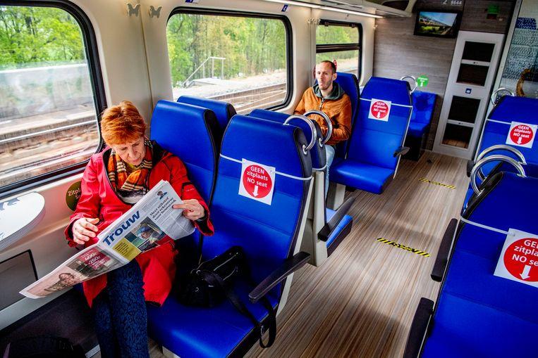 Passagiers in de trein naar Groningen.  Beeld SOPA Images/LightRocket via Gett