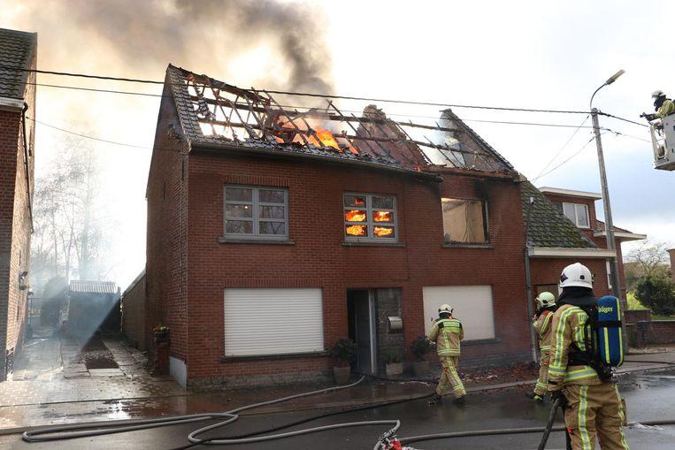 De vlammen sloegen al redelijk snel door het dak.