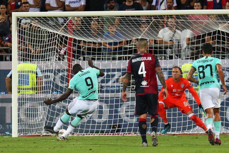 Lukaku kreeg net voor hij deze penalty scoorde racistische geluiden naar zich geroepen door de supporters van Cagliari.