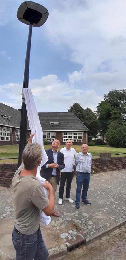 Wethouder Van Wakeren kijkt naar het nieuwe armatuur dat hij zojuist heeft onthuld