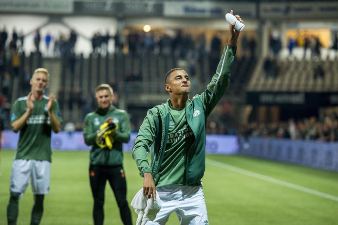Mo Ihattaren is na afloop van Heracles Almelo-PSV blij met zijn goal en viert dat met de Eindhovense uitsupporters.